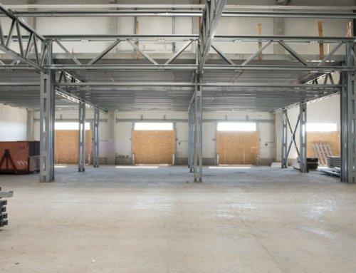 Vstavby poschodí s konštrukciami LLENTAB v hale pre svetovú jednotku vo výrobe elektrónových mikroskopov