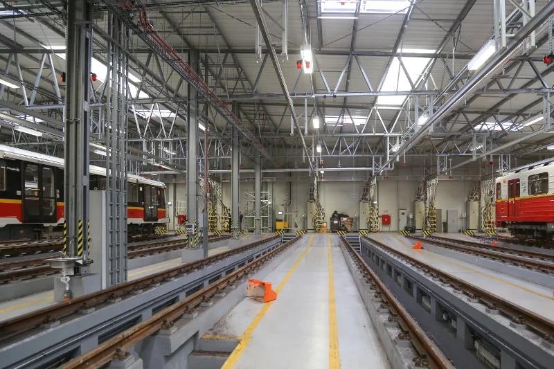 Na zadnej strane haly nie sú uprostred tratí žiadne stĺpy, pretože v prípade zlyhania vlaku alebo rušňovodiča by mohli byť poškodené a konštrukcia haly by tak bola oslabená.
