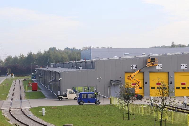Na severní strane je prístavba, ktorá slúži ako administratívne a technické centrum.