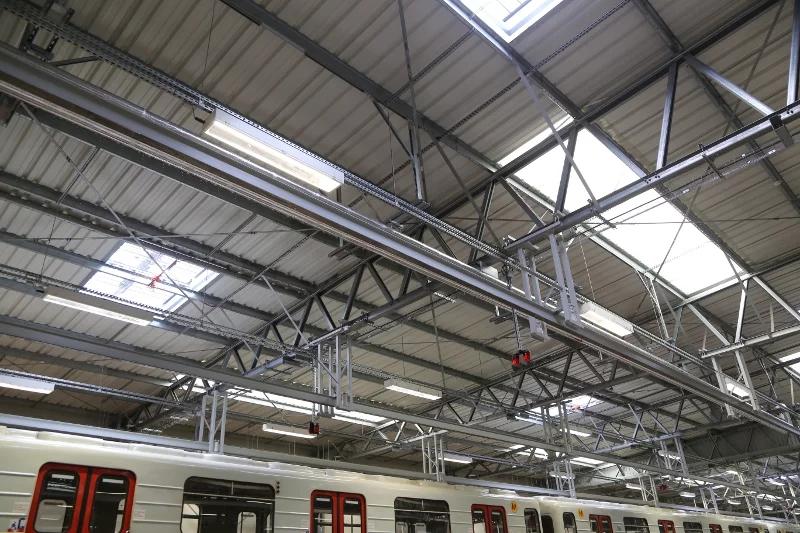 V hale postavenej pre Varšavské metro má horný pás priehradových väzníkov sklon 4 °. Strešná konštrukcia je chránená vrstvou proti odkvapkávaniu zrazených pár.