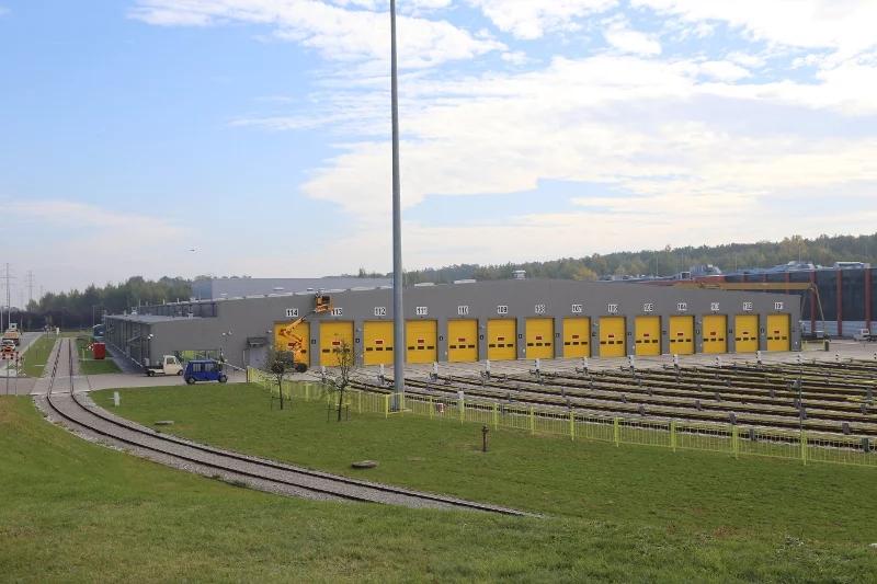 Hala má 14 vstupných brán a rovnaký počet parkovacích a kontrolných státí, do ktorých sa vlaky metra dostanú cez posuvný traťový uzol, ktorý dve koľaje delí do 14 samostatných tratí.