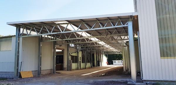 LLENTAB haly - dokončené v auguste 2018 - oceľové prestrešenie dvora DEK Trenčín